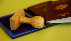 Exemple tampon encreur en bois + encreur + passeport